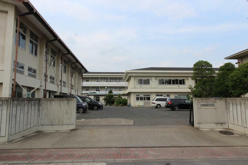 中学校 足利市立第二中学校 閑静な住宅街にある中学校です