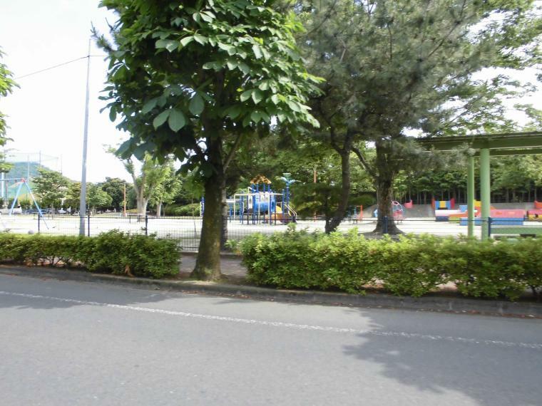 公園 有楽公園 図書館の向かいにある広い公園、一通りの遊具が揃っていて休憩スペースも完備しています
