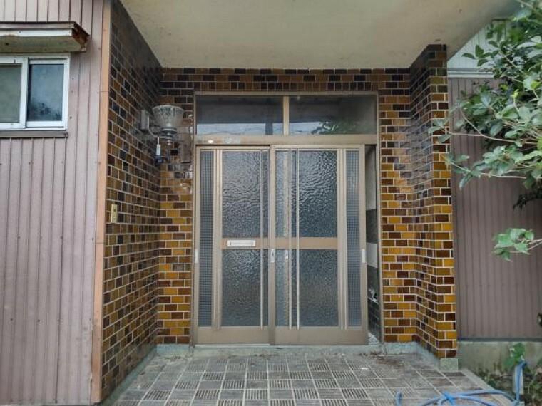 【リフォーム中】玄関の写真です。玄関扉はクリーニングし、ポーチライト、カラーテレビインターフォンを新設して、清潔感のある玄関に仕上げます。鍵はシリンダーも含めて新品交換しますので安心ですね。