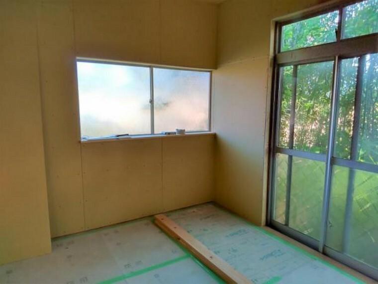 【リフォーム中】洋室6帖の写真です。床にはフローリングを、壁天井はクロスを張り、入口ドアや、LED照明も新品交換してイメージを一新します。