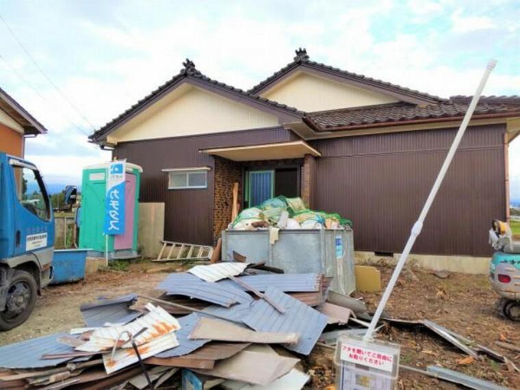 【リフォーム中】外壁は塗装し、屋根瓦は点検します。駐車場3台分は土間打ちする予定です。