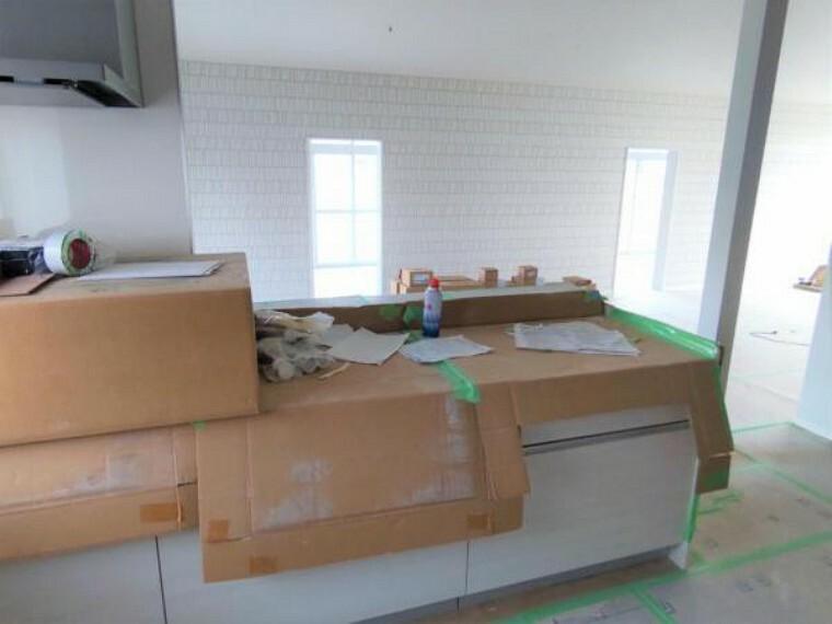 キッチン 【リフォーム中写真】キッチンはハウステック製の新品に交換します。引出には一升瓶や胴鍋のような背の高いものも収納できます。天板は熱や傷にも強い人工大理石仕様なので、毎日のお手入れが簡単です。