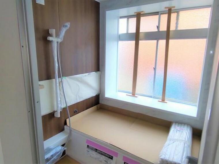 浴室 【リフォーム中写真】浴室はハウステック製の新品のユニットバスに交換します。足を伸ばせる1坪サイズの広々とした浴槽で、1日の疲れをゆっくり癒すことができますよ。