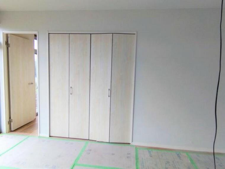【リフォーム中】リビングの別角度写真です。壁・天井はクロスを、床は新たにフローリングを張り替え、イメージを一新します。また入口ドアやLED照明を設置して快適なリビングに仕上げます。