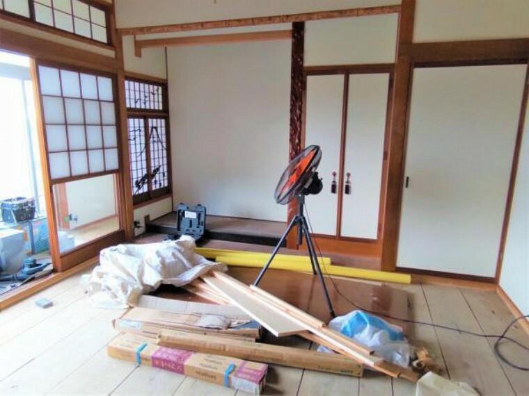 【リフォーム中】和室8畳の写真です。畳表替え、天井と壁のクロスを張り替える予定です。もちろん入口の襖や、押入の建具も張替えますよ。
