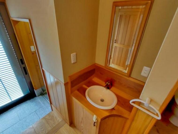 玄関に入るとすぐ手洗いがあるのでうれしいですね。コロナ禍の時代を先取りしたようですね。