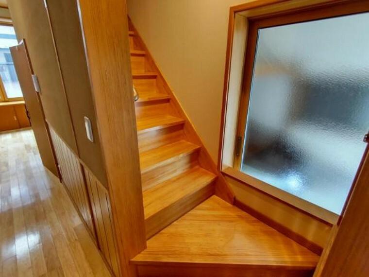 階段はピカピカにクリーニングを行います。手摺がついているので安心ですね。