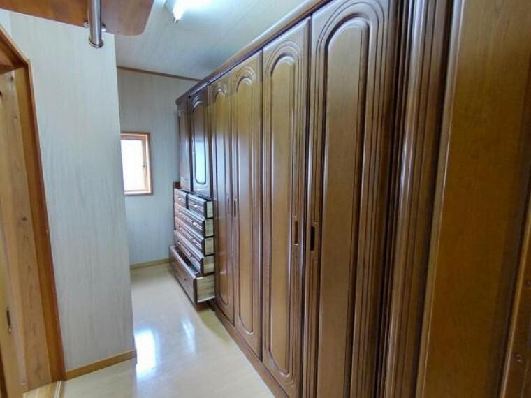 収納 2階6.6帖の洋室の隣にはウォークイン収納があります。画像に写っているいるタンスは撤去しクリーニングを行います。