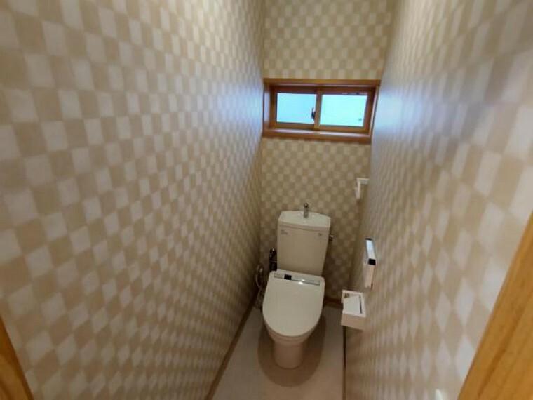 トイレ 2階のトイレはピカピカにクリーニングを行います。2階にもトイレがあると便利ですね。