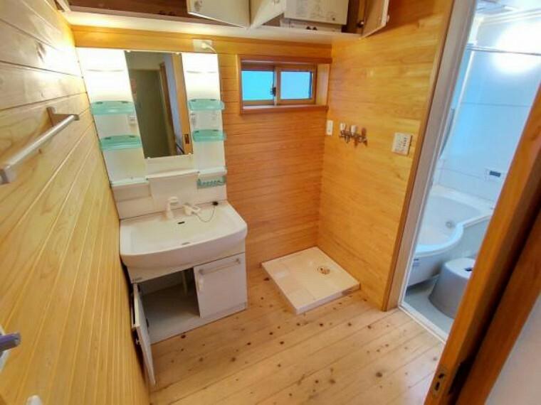 洗面化粧台 洗面脱衣所・洗面台はピカピカにクリーニングを行います。