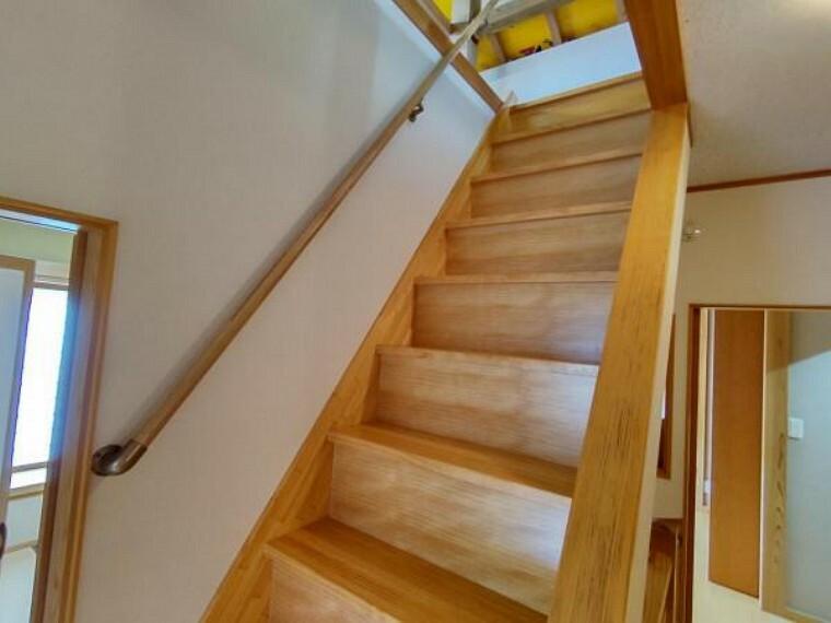 2階から屋根裏へ続く階段です。
