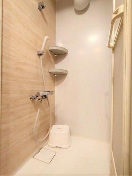 浴室 壁の水アカと床部分を掃除するだけで済むので、風呂掃除がとても楽です。