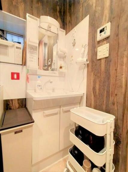 洗面化粧台 爽やかなホワイトカラーでコーディネートされた清潔感ある洗面台