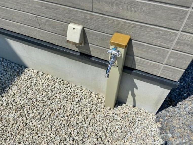 発電・温水設備 電気自動車の充電もばっちり。EV充電器付き。 洗車に便利な立水栓も庭に備え付きです。