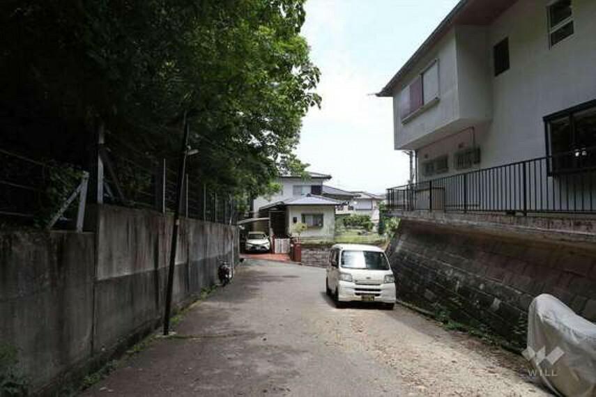 現況写真 徒歩9分(約650m)の距離にあるバス停からは、阪急宝塚線「雲雀丘花屋敷」駅の他、阪急「川西能勢口」駅などへもアクセスできます。