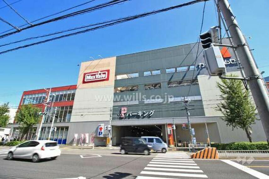 スーパー 地下鉄鶴舞線「川名」駅の2番出口から北東へ徒歩7分(約500m)、関田名古屋線沿いにあります。同じ建物の中にはホームセンター、クリーニング店などがあります。食料品を取り扱うスーパーです。