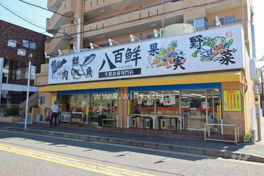 スーパー 地下鉄鶴舞線「川名」駅の2番出口から北東へ徒歩7分(約500m)のところにあります。生鮮食料品を取り扱うスーパー。