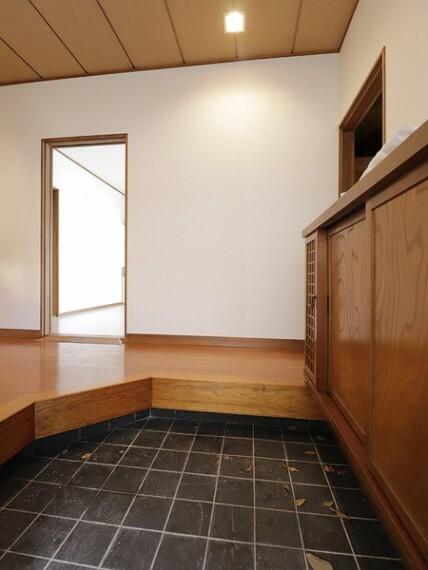 玄関 明るく広々とした玄関は、開放感があり温かみを感じさせてくれます。シューズボックスも備えつけられていて、靴はもちろん掃除道具なども収納可能です。