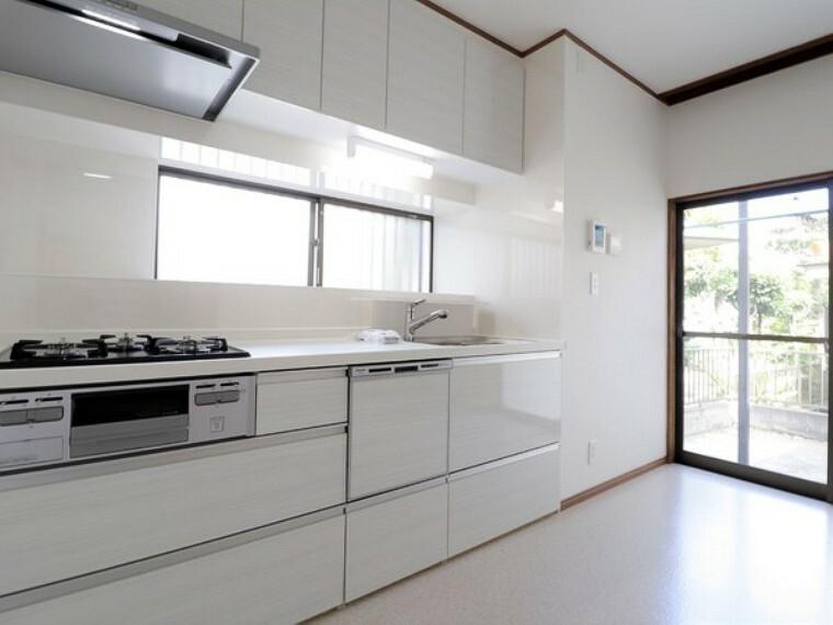 キッチン 家族や友人と楽しむ食事。料理は楽しみながら作りたいものですね。開放的なキッチンならそれも可能です。