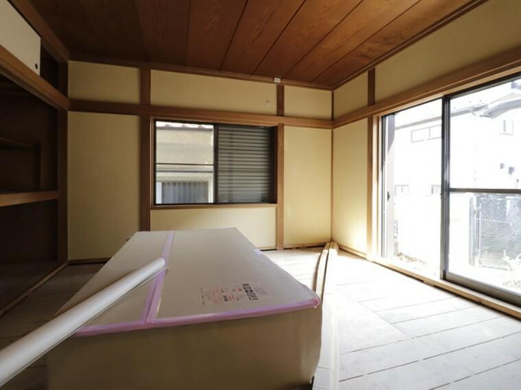 居間・リビング 「自然光が差し込み明るい部屋」。それを実現するため、南面に窓をとりました。心地よい明るさが実現されております。