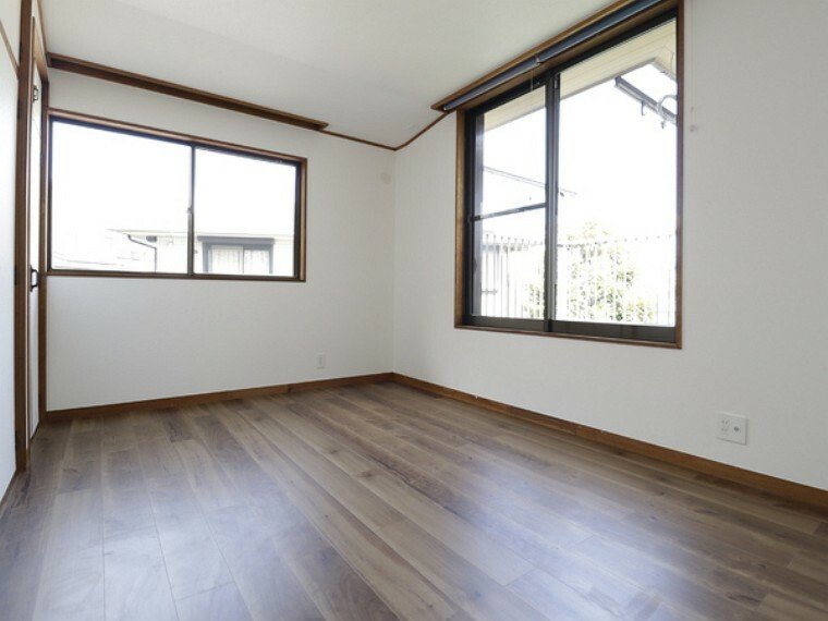 洋室 窓がが広く、たくさんの日差しを取り入れます。そして開放的な空間を演出します。