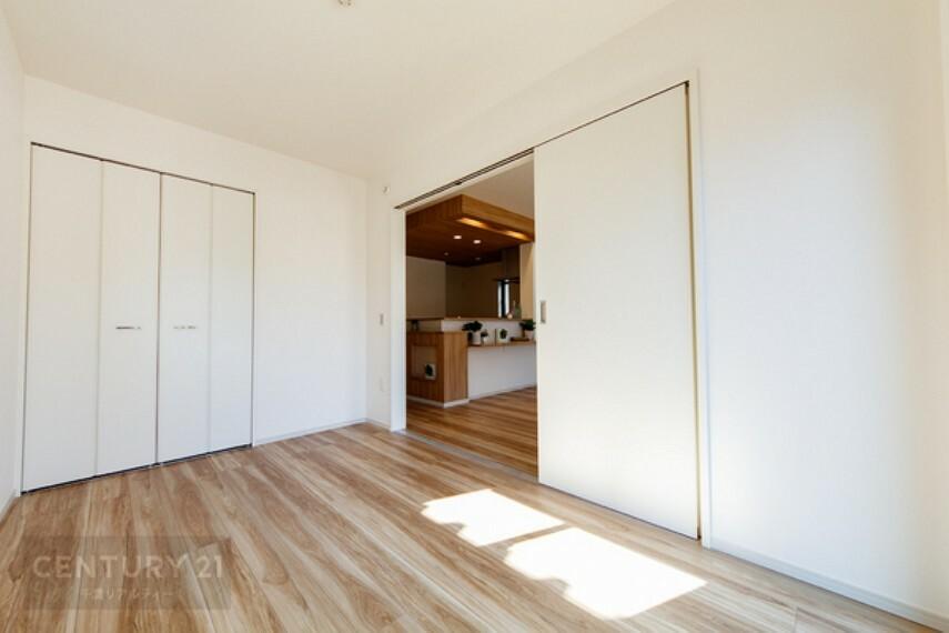 洋室 2面採光を確保した明るい室内は、風通しも良く、大変居心地の良い空間となっております。大変明るい居室です
