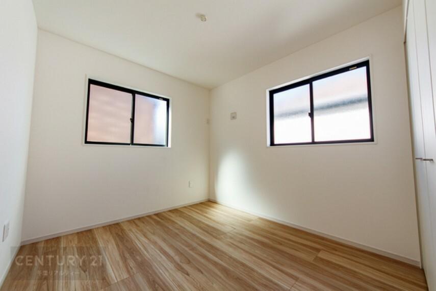 洋室 2階は全室2面採光です。明るいお部屋にどの家具を置くか考えるだけでワクワクしますね。