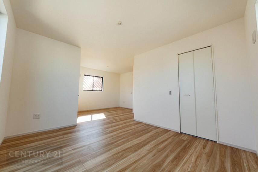 洋室 2面採光採用の各居室は明るさ&通風ともにバッチリです。ウォークインクローゼット付きで広々お部屋をご利用いただけます。