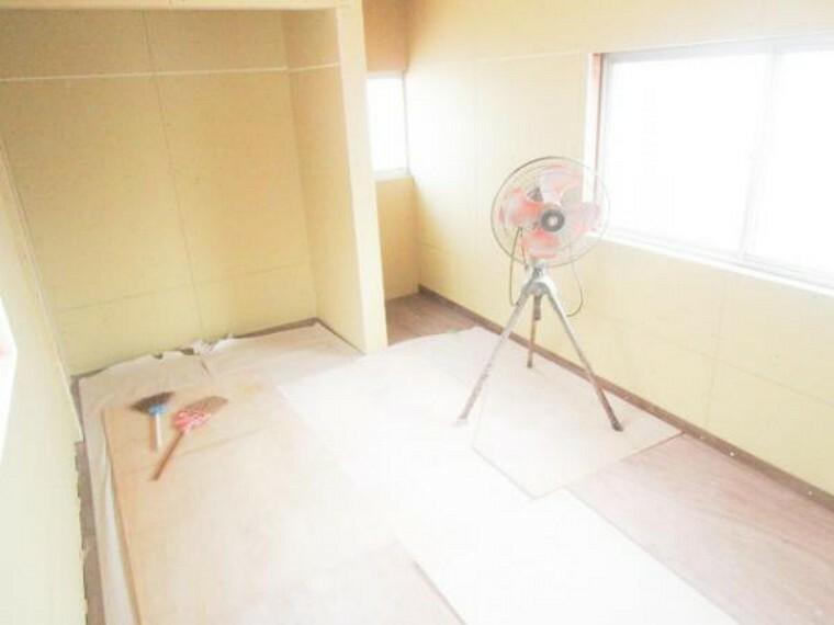 【リフォーム中】8/8撮影。2階北6畳和室を洋室に変更しています。畳を撤去して、壁は真壁から大壁にかえて天井・壁クロスを張り、さらに押入部分をクローゼットに変更しています。