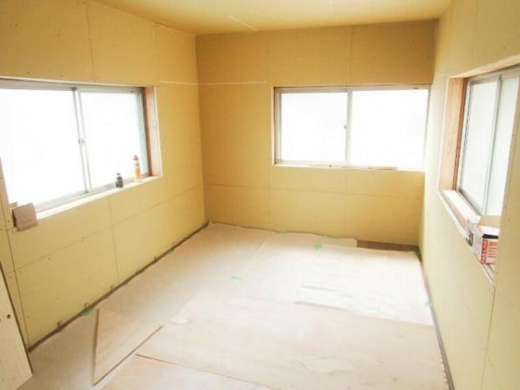 【リフォーム中】8/8撮影。2階南6畳和室も洋室に変更しています。畳を撤去して、壁は真壁から大壁にかえました。今から、天井・壁クロスを張ります。