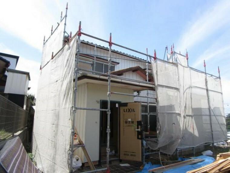 外観写真 価格には消費税、リフォーム費用を含みます。リフォーム中でもご案内可能。内覧希望の方はお電話ください。外観は外壁塗装、屋根葺き替え工事をして明るい住宅にします。おたのしみに。