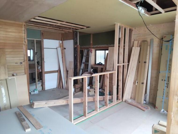 居間・リビング 【リフォーム中】9/5撮影。北側のキッチンは、南側に移設しています。現在、キッチンを対面式に設置する為に壁を造作中です。