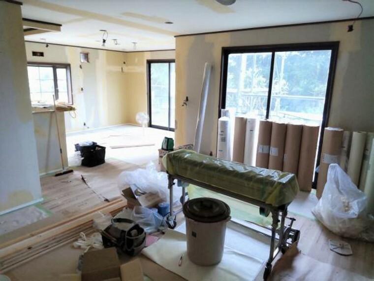 居間・リビング 【リフォーム中9/13更新】リビングの写真です。ダイニングと一体的な空間で広々としています。床は新しいフローリング貼り、壁天井のクロスは貼替予定です。ご家族団らん出来る明るいリビングです。