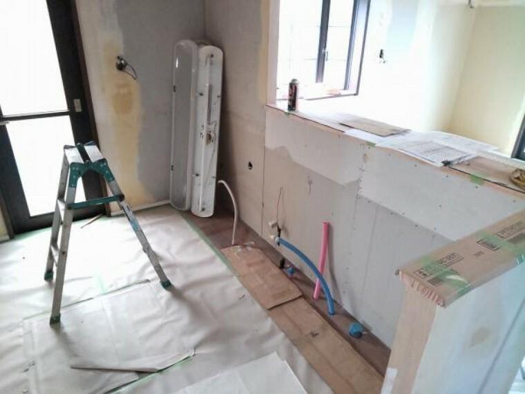 キッチン 【リフォーム中9/13更新】キッチンは対面式になっています。下がり壁を撤去してオープンなキッチンに変更予定です。食洗器付きのシステムキッチン交換予定です。