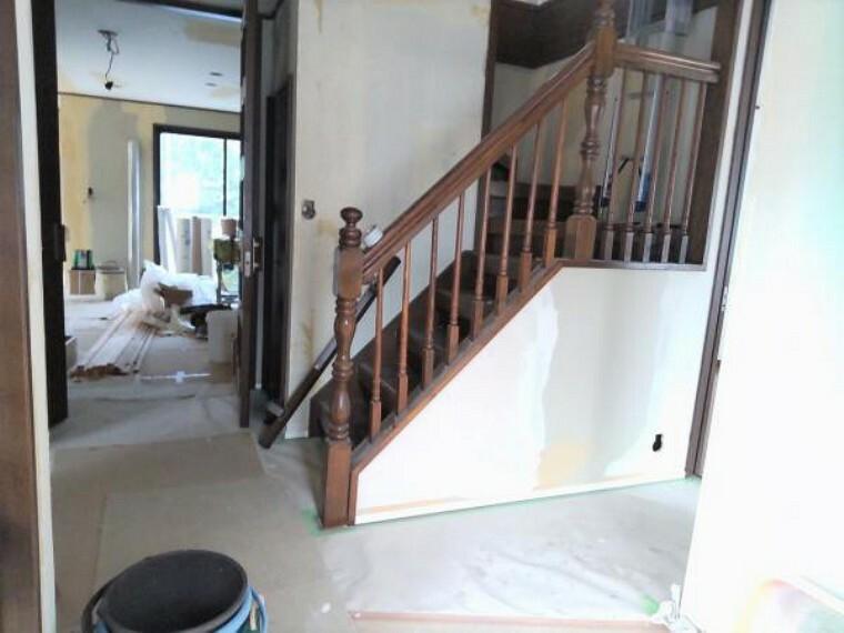 玄関 【リフォーム中9/13更新】玄関ホールを室内側から撮影しました。玄関には新しいシューズボックスを設置します。床フローリング貼り、壁天井のクロス貼替予定です。