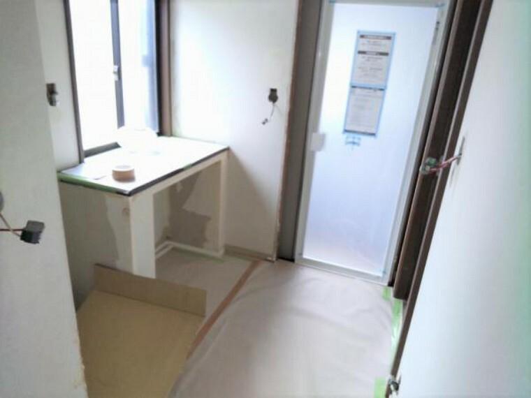 【リフォーム中9/13更新】洗面脱衣室の写真です。新しい三面鏡タイプの洗面化粧台に交換します。床はクッションフロア貼り、壁天井のクロス貼替します。