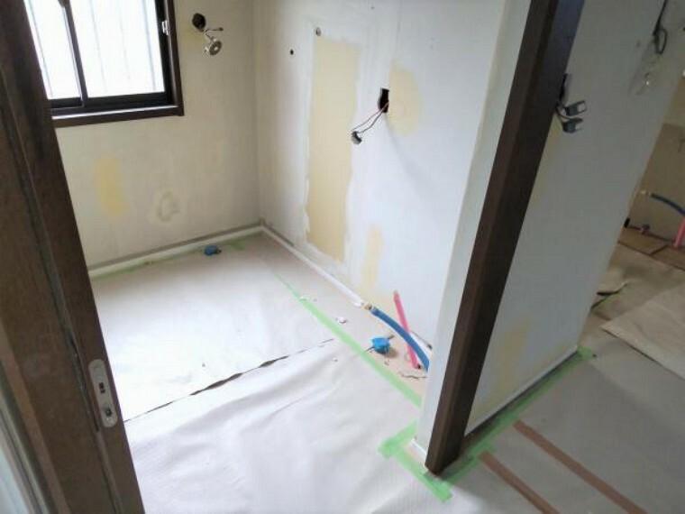 洗面化粧台 【リフォーム中9/13更新】洗面脱衣室に隣接して洗濯機の置けるユーティリティ室があります。キッチンと洗面脱衣室からの導線を考慮した使いやすい間取りです。床はクッションフロア貼り、壁天井のクロス貼替予定です。