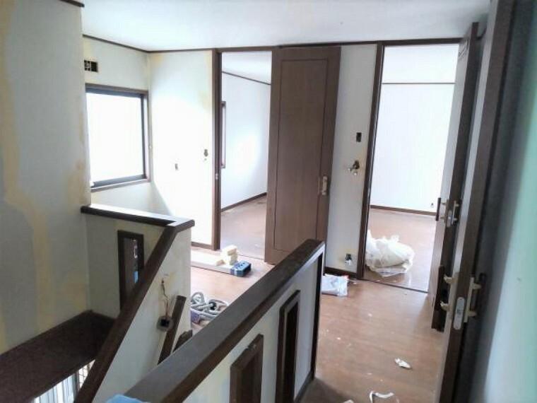 【リフォーム中9/13更新】2階ホールの写真です。階段室は吹き抜けの空間になっています。照明はクリーニングいたします。