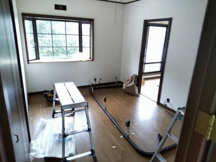 【リフォーム中9/13更新】2階真ん中洋室です。床はワックス掛け、壁天井のクロス貼替予定です。