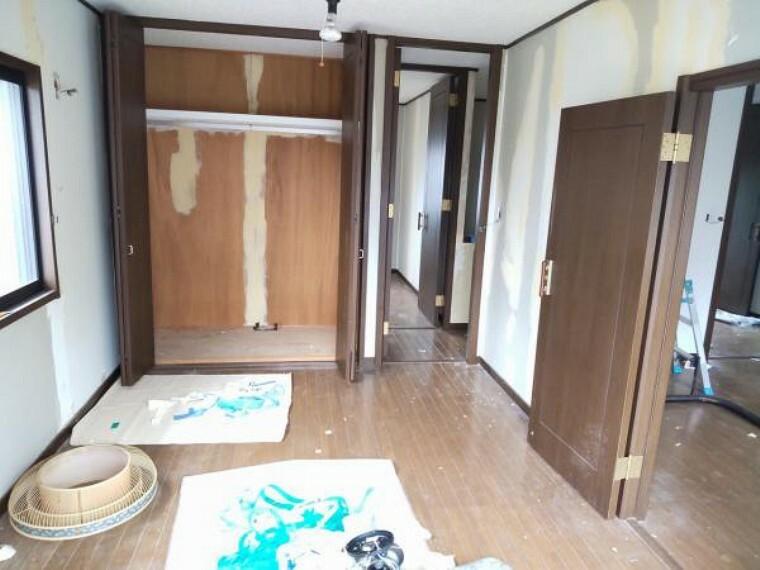 【リフォーム中9/13更新】南西側洋室です。こちらのお部屋専用のバルコニーがあります。床はワックス掛け、壁天井のクロス貼替予定です。