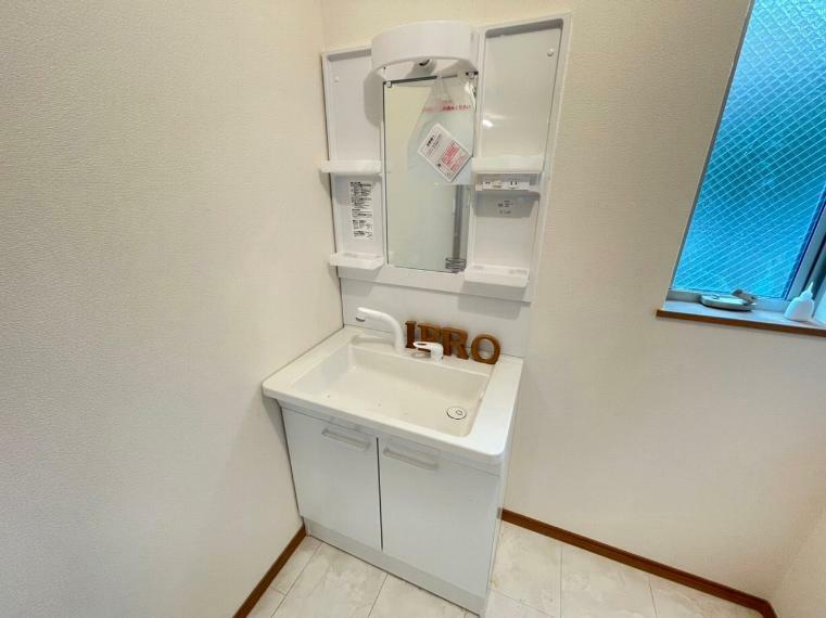 洗面化粧台 帰宅時や食事の前にすぐに手洗い出来るよう1階に洗面所を設置しました