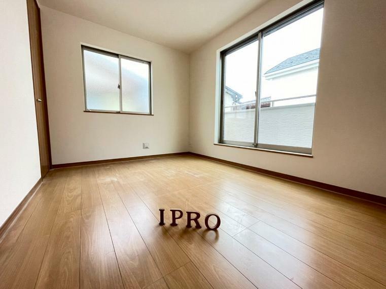 洋室 2階洋室には窓とバルコニーで採光バッチリ 全洋室6帖超のゆったりプライベート空間です