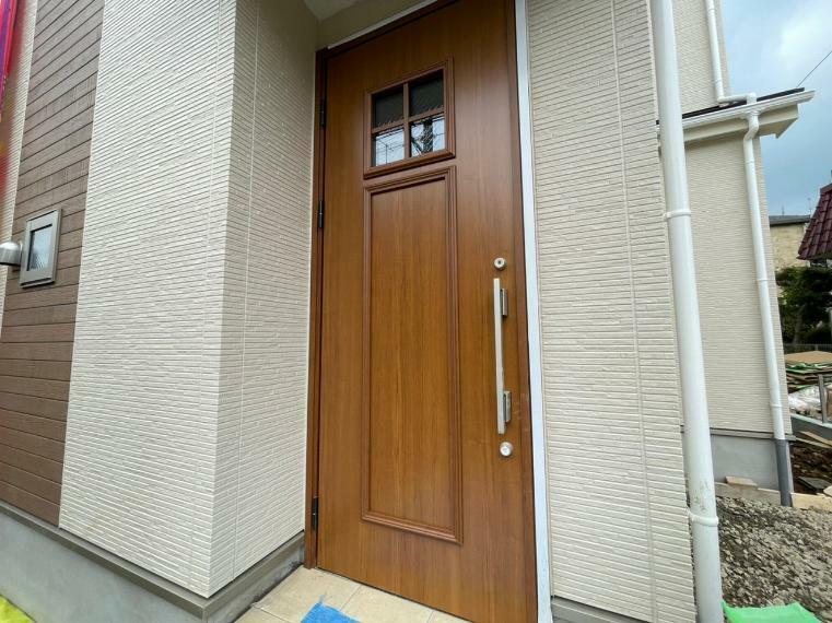 玄関 玄関は断熱ドア 冬の冷たい外気もシャットアウト 快適な室温を保ってくれる助けになります