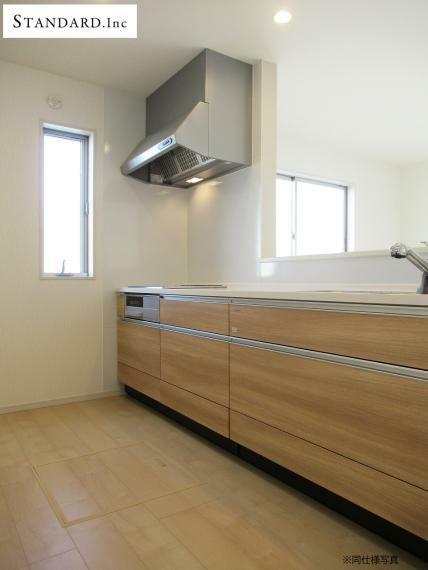 同仕様写真(内観) 【同仕様写真】システムキッチン・シングルレバー混合水栓・IHクッキングヒーター・床下収納
