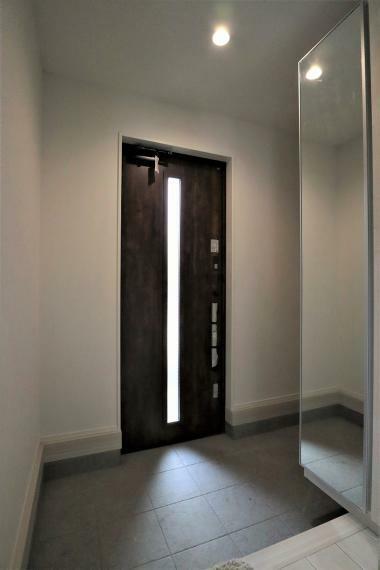 玄関 【1号棟】スマートドアポケットキー採用、姿見付きシューズボックス