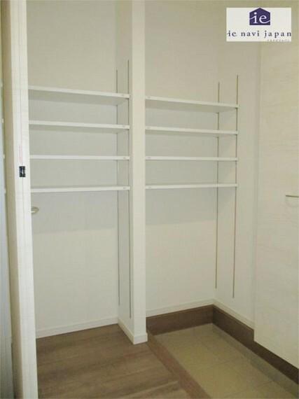 収納 玄関 大型シューズクローゼットは扉付きで可動棚!大容量でヒールの高さで収納できます!