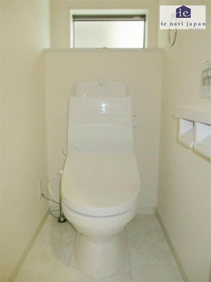 トイレ 1階ウォッシュレット付きトイレも窓がさわやか!