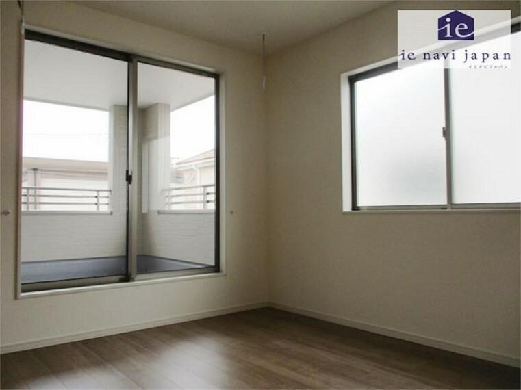 専用部・室内写真 主寝室・居室18.25帖+大型ウォークインクローゼット+東向き掃き出し窓の明るさ!