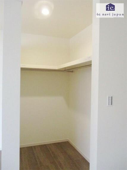 専用部・室内写真 主寝室・居室1大収納力のウォークインクローゼットはママとパパが仲良く収納できる大きさ!