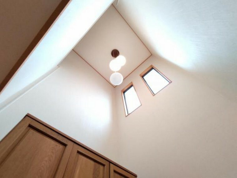 玄関 【リフォーム前】玄関は、吹き抜け空間になっており、開放感がありますね。壁・天井はクロス張替え、床はフローリングワックス仕上げます。